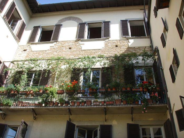 800px-palazzo_peruzzi_via_de_rustici_retro_01